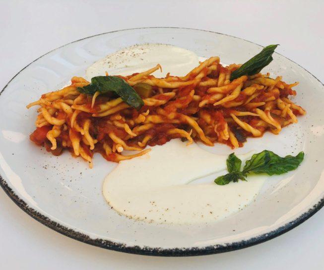 Trofie al ragù di verdure su crema di parmigiano e basilico fritto